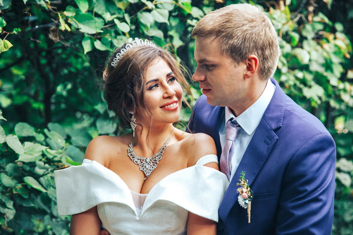 свадьба лена любуется женихом