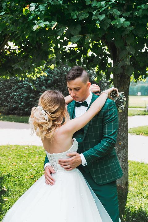 невеста и жених обнимаются